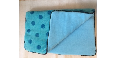 Underlägg i blå och prickar